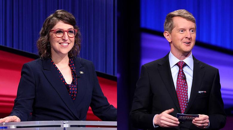 Mayim Bialik og Ken Jennings smiler bredt