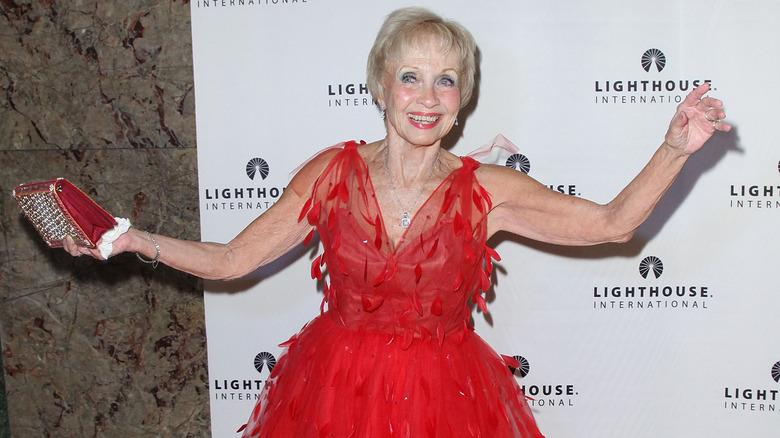 Jane Powell danser på den røde løperen