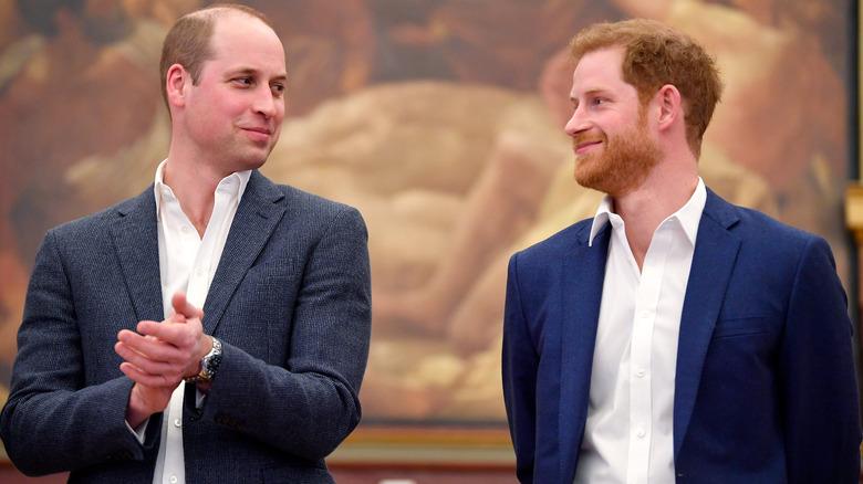 Prins William og prins Harry ser på hverandre