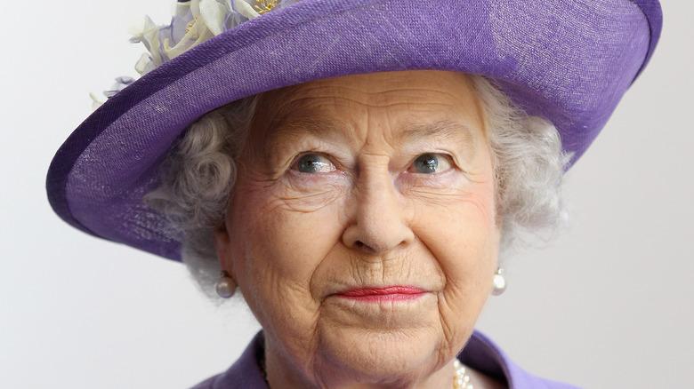 Dronning Elizabeth bøyer leppene under en fotosamtale