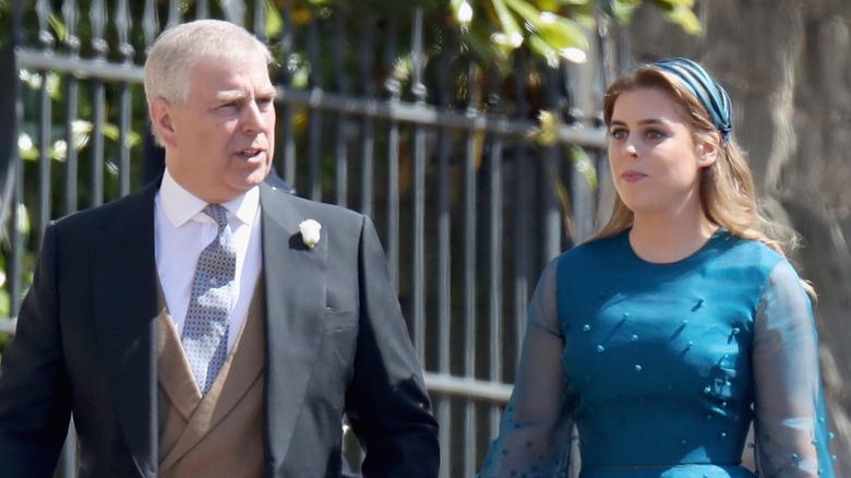 Prins Andrew og prinsesse Beatrice på et arrangement