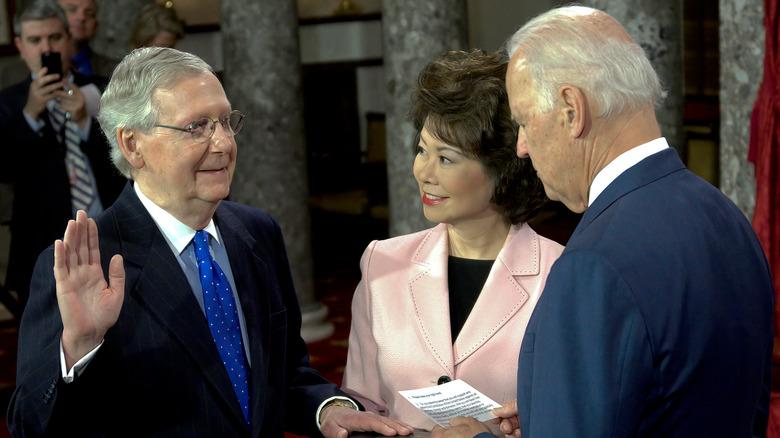 6. januar 2015 Senatets majoritetsleder Senator Mitch McConnell og kona Elaine Chao holder i Bibelen mens visepresident Joe Biden administrerer eden.