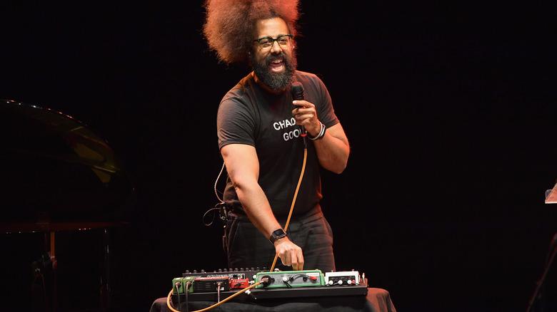 Reggie Watts på scenen snakker
