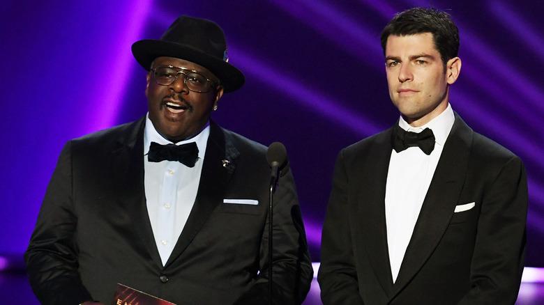 Cedric the Entertainer og Max Greenfield talte på scenen under den 71. Emmy Awards