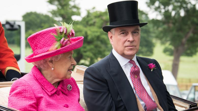 dronning Elizabeth og prins Andrew kledd ut i en bil