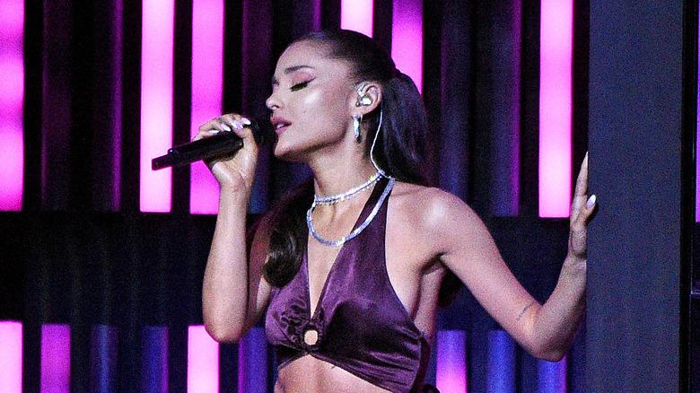 Ariana Grande opptrer på scenen