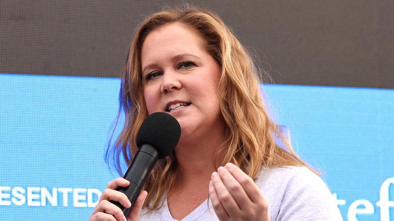 Amy Schumer snakker på scenen