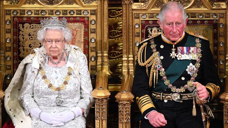 Dronning Elizabeth og prins Charles sitter på troner