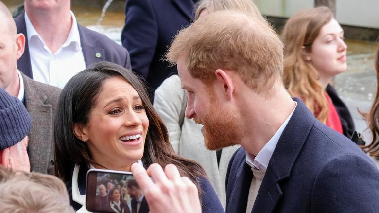 Prins Harrys tynne hår sett når han snakker med Meghan