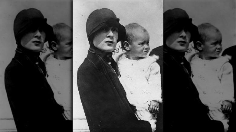 En baby Gloria Vanderbilt med moren i 1926
