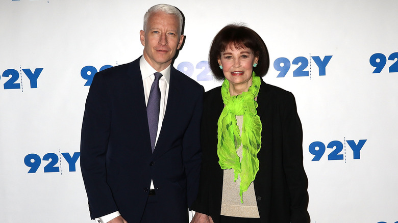 Anderson Cooper og Gloria Vanderbilt poserer
