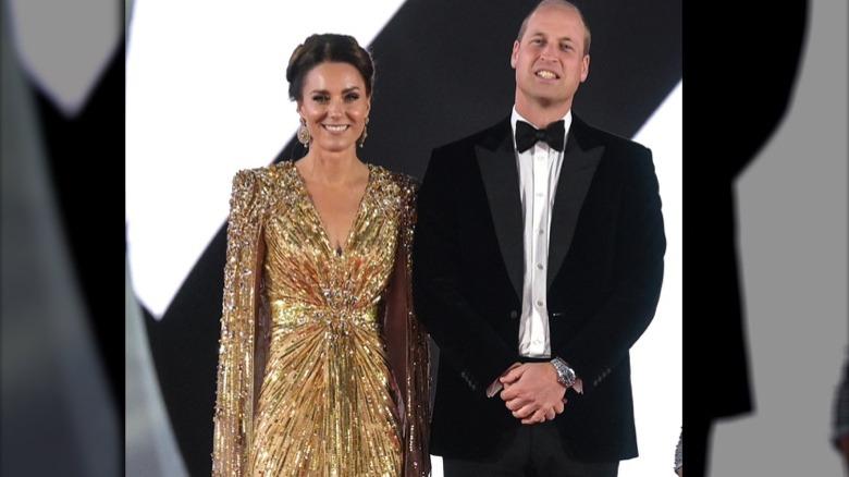 Kate Middleton og prins William smiler på den røde løperen