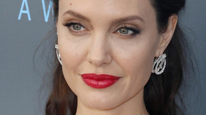 Angelina Jolie stor rød leppestift