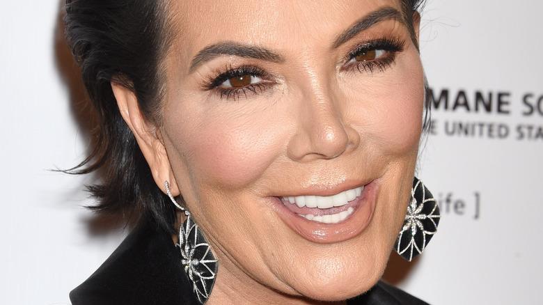 Kris Jenner smiler for kameraene