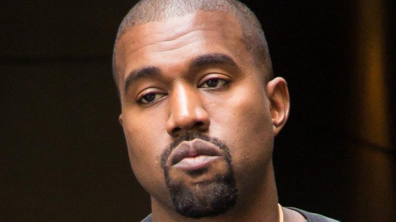 Kanye West med seriøst uttrykk