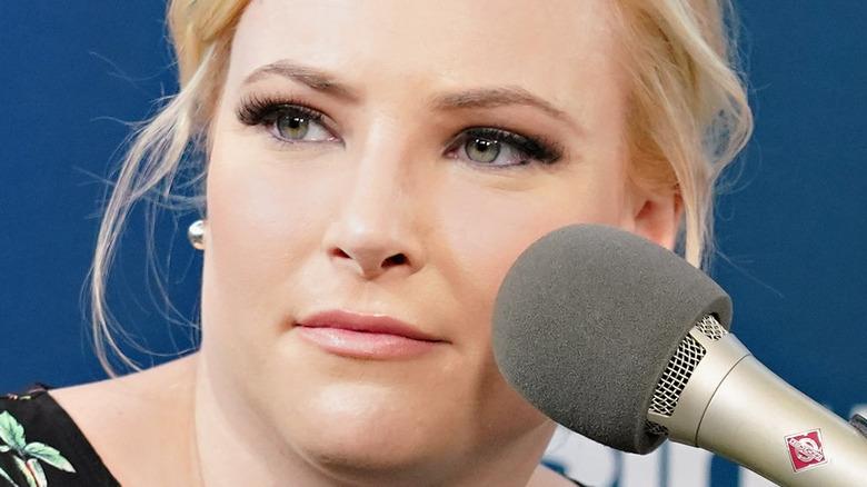 Meghan McCain snakket med programlederen Julie Mason under et SiriusXM -arrangement
