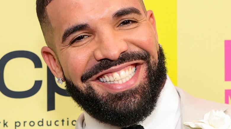 Drake med et stort smil på den røde løperen