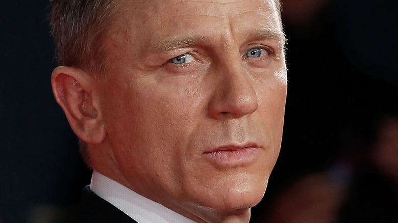 Daniel Craig poserer i en smoking og sløyfe.