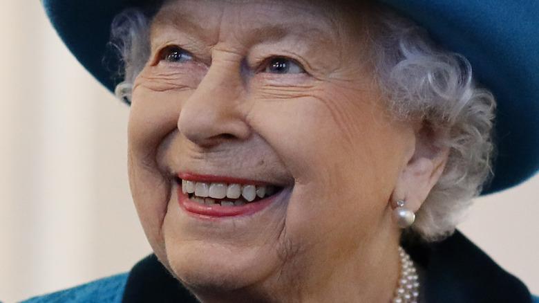 Dronning Elizabeth smilte