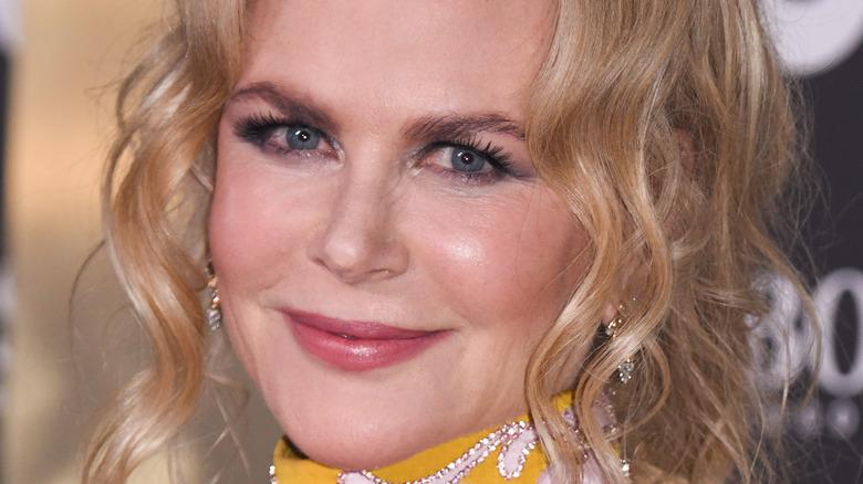 Nicole Kidman smiler litt