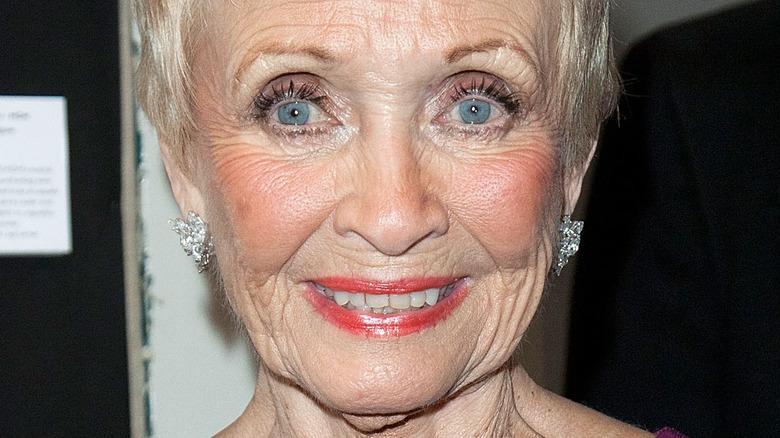 Jane Powell smiler på den røde løperen
