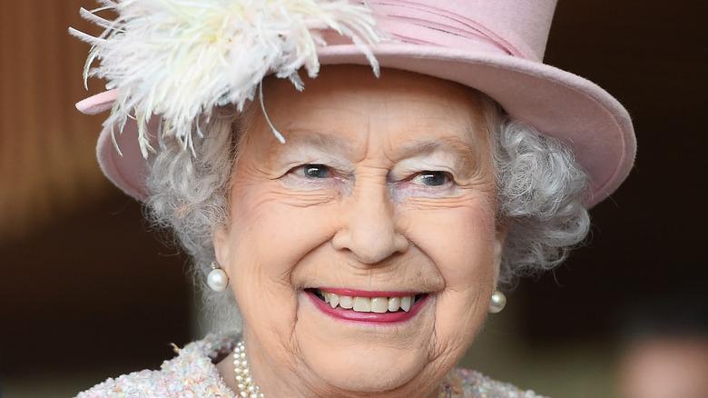 Dronning Elizabeth II besøker West Sussex 2017 i rosa hatt