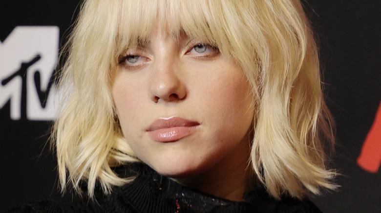 Billie Eilish med seriøst uttrykk og blondt hår på VMA -ene i 2021