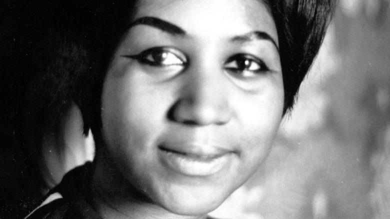 Aretha Franklin ser på kameraet