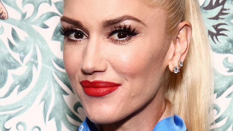 Gwen Stefani smiler med rød leppestift.