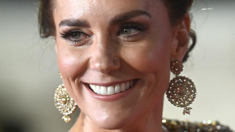 Kate Middleton smiler på den røde løperen