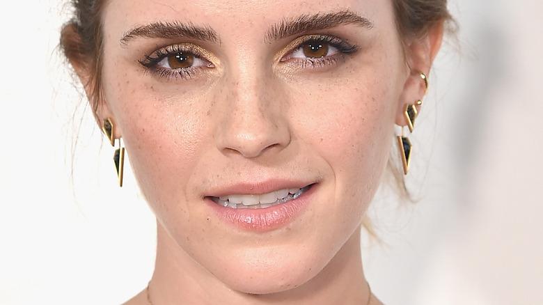 Emma Watson poserer i en hvit kjole.